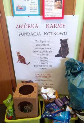 Oglądasz obrazki z tematu: Dzieciaki kotki kochają i pyszotki zbierają :)
